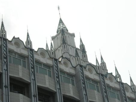 中世纪寨堡式外形、尖顶尖券,体现了浪漫主义的建筑风格